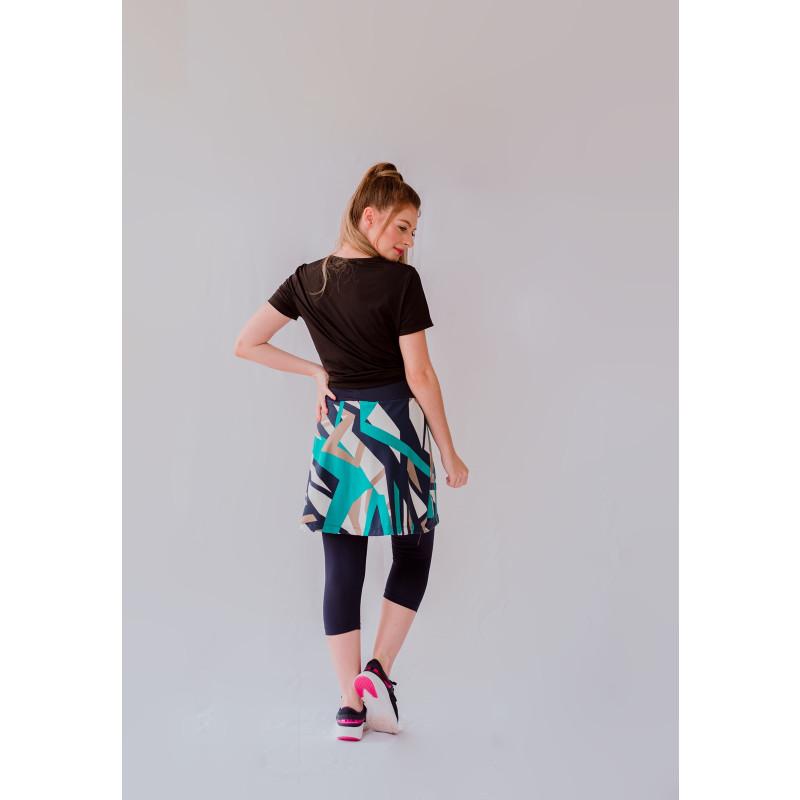A moda fitness evangélica é uma verdadeira inovação. Afinal, ela traz consigo peças que permitem que a mulher pratique exercícios físicos e mantenha uma vida saudável, sem prejudicar suas crenças. Confira algumas dicas de looks incríveis para que você possa ir a uma academia ou praticar esportes ao ar livre com conforto. <H2>Entenda como funciona a moda fitness evangélica</H2> Tradicionalmente, mulheres evangélicas não podem usar calça, dependendo da igreja que frequentam. Para os looks de dia a dia, isso não é um problema, uma vez que existe uma infinidade de saias e vestidos que podem ser combinados para as mais distintas ocasiões. Porém, quando surge a necessidade de se exercitar, há muitas dúvidas em relação às vestimentas corretas. Por conta disso, foi criada a moda fitness evangélica, para que as mulheres possam se exercitar sem burlar as normas estabelecidas pela Igreja! Veja só algumas formas de montar seu look de academia! <H3>1. Com short por baixo</H3> A ideia da moda fitness evangélica é adequar o estilo adotado pelas mulheres religiosas às praticidades na hora de se exercitar. Os conjuntos de short com uma saia por cima facilitam na hora de se movimentar, oferecendo mais conforto. <H3>2. Com calça por baixo</H3> Enquanto os shorts são mais apropriados para dias quentes, as calças são as mais ideais para dias de frio. O estilo corsário vai até a metade da panturrilha, de modo que não atrapalha na elaboração de exercícios.Você pode colocar a saia por cima, o que vai até mesmo deixar o look despojado. <H3>3. Saia ajustável</H3> Para realizar atividades mais simples e que não exijam muito das pernas — por exemplo, ao treinar braço ou costas —, recomendamos o uso de uma saia ajustável. O dispositivo de regulagem é ótimo para que a saia fique apertadinha e não atrapalhe o processo dos exercícios. <H3>4. Saia rodada</H3> Em contraponto ao estilo anterior, a saia rodada é importante para quem irá fazer caminhadas, corridas na esteira, step e aulas de dança, por